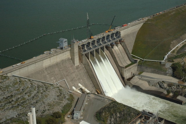 Folsom Dam and lake full of water. Photo by Paul Harnes, California Department of Water Resources
