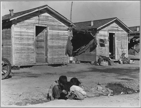 1024px-Corcoran,_San_Joaquin_Valley_California._Company_housing_for_Mexican_cotton_pickers_on_large_ranch._-_NARA_-_521720